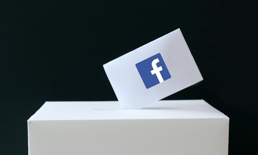 Papeleta con logo de Facebook, que se introduce en la urna